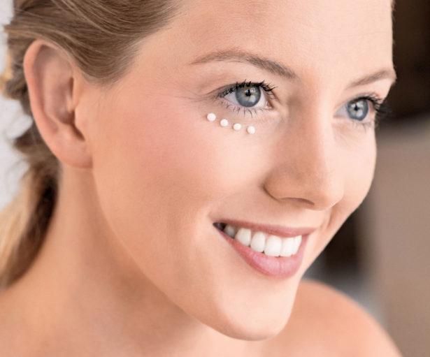 Beauty-Wirkung: Für schöne Augen Pflege punktförmig unter den Augen auftragen und sanft einklopfen. Bild: HSE24