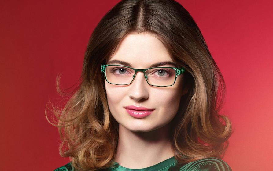 Mehr Volumen am Oberkopf kann beispielsweise durch Toupieren des Haaransatzes erreicht werden. Bild: OWP Brillen
