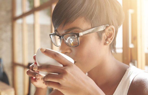 Frau mit Brille und auffälligen Brillenbügeln