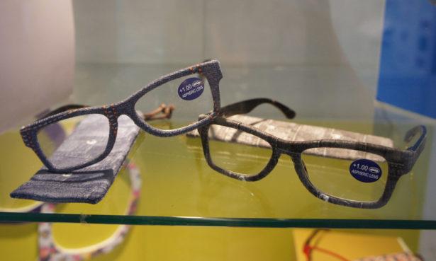 """Fassungen aus recycelten Materialien wie ausrangiertem Jeansstoff gehörten zu den Brillentrends auf der Messe """"Silmo"""" in Paris. Bild: Kerstin Kruschinski"""