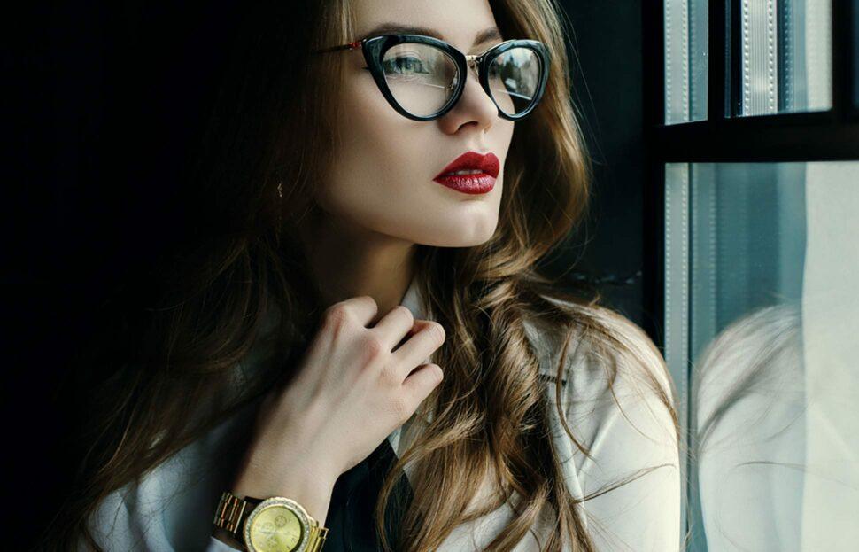 Frau mit extravaganter Brille