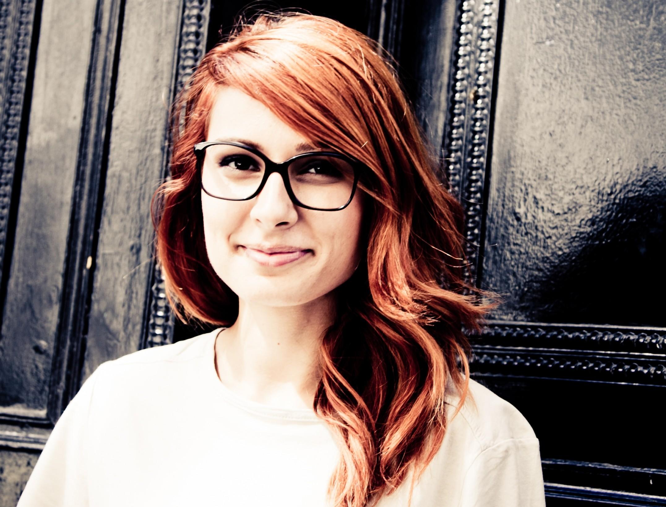 Farbkontraste und Brillen: So fallen Sie positiv auf | Brillenstyling