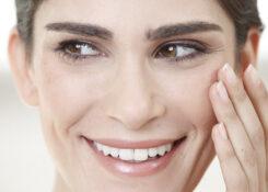 Krähenfüße durch Brille – So kann die Sehhilfe Falten verursachen