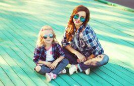 Mutter und Tochter im Partnerlook mit Brille