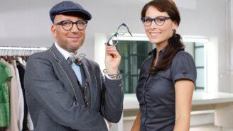 Gesichtsformen: Modedesigner Thomas Rath wählt Brillenformen aus.