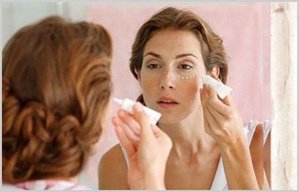 Hausmittel und Pflegeprodukte sind hilfreiche Tipps gegen Augenringe. Bild: Avène