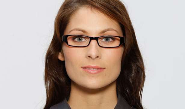 Strahlende Augen: Bild zeigt Negativbeispiel einer Brille, die nicht zur Augenpartie passt