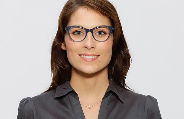 Welche Brille passt zu meinem Gesicht? Modell 3: Trendige Brille mit blauer Fassung
